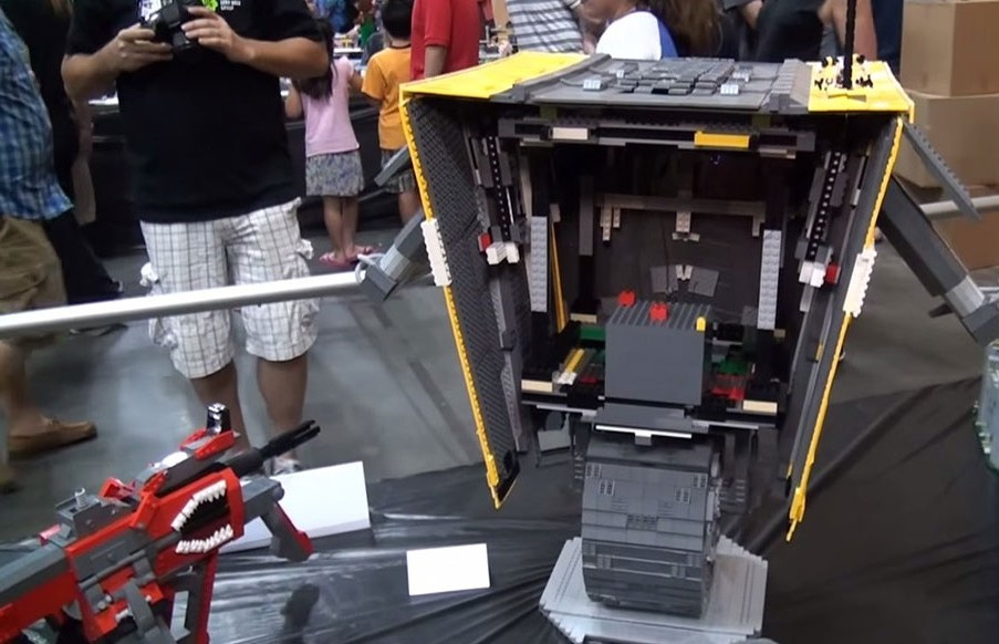 A Passionate Of Borderlands Reproduces Claptrap Robot Using Simple LEGO-5