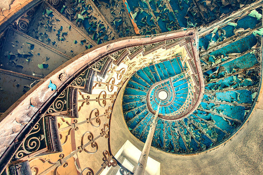 30 Absolutely Mesmerizing Spiral Staircase Designs From Around The World-5