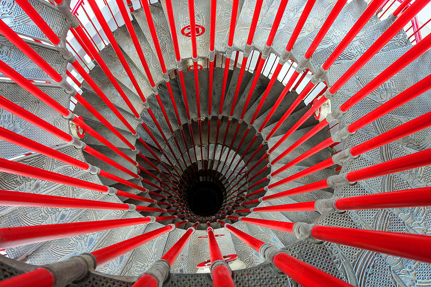 30 Absolutely Mesmerizing Spiral Staircase Designs From Around The World-7