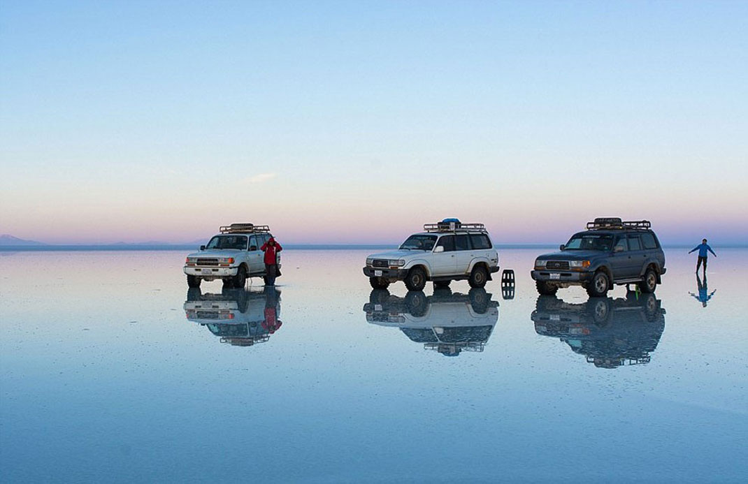 The Incredible Beauty of Salt Desert Transformed Into Gigantic Mirror-14