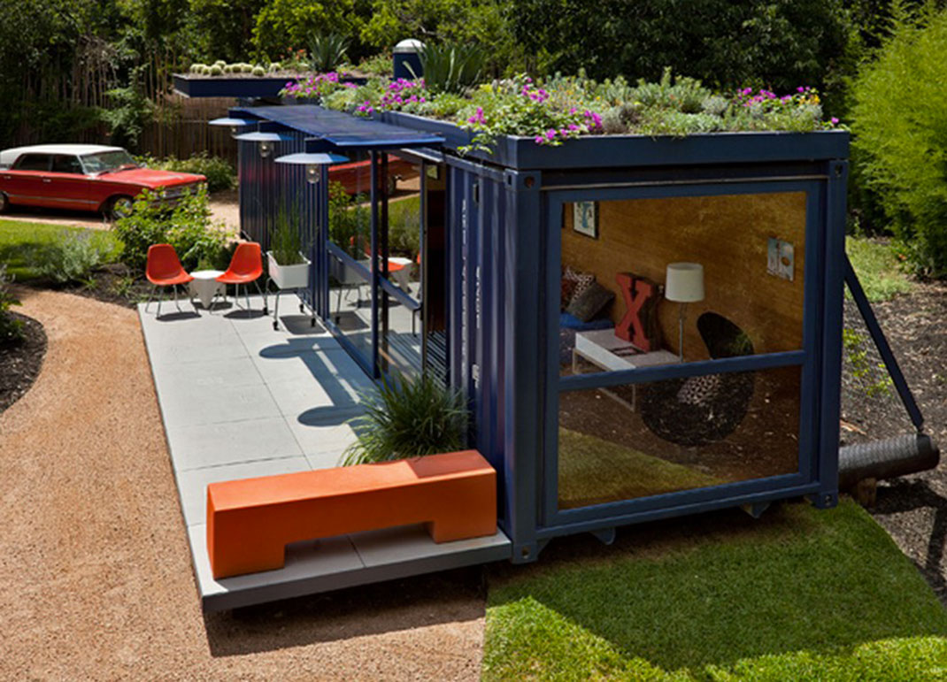 Built by Poteet Architects in Texas, this guest room installed in the garden is composed only of a container: