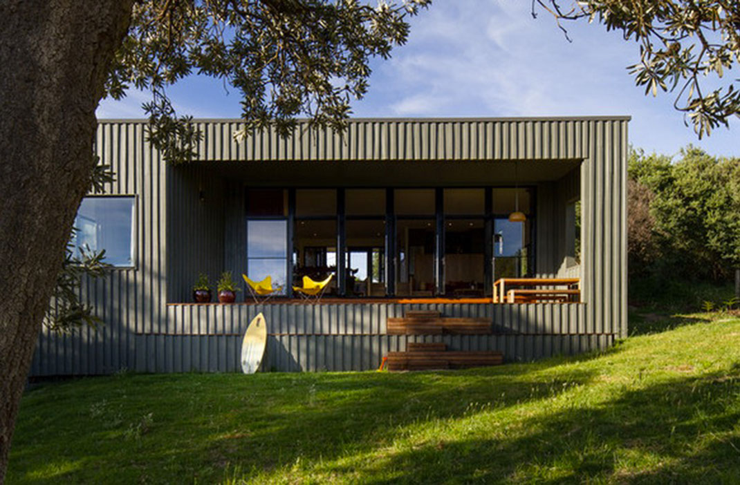 Built as a holiday home by MRTN Architects, the New Zealand housing allows its occupants to enjoy the outdoors.