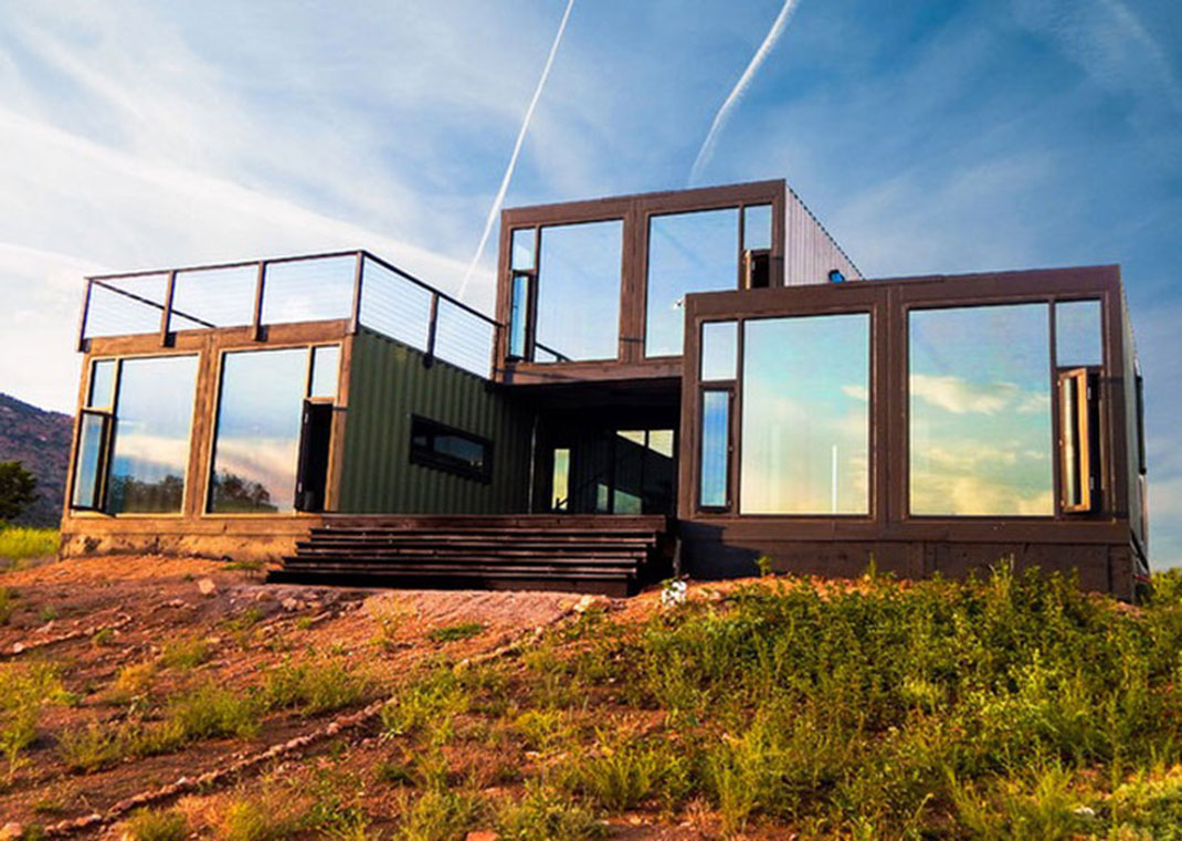 This cottage was built by Tomecek Studio with 7 containers. It is located in the state of Colorado in the United States