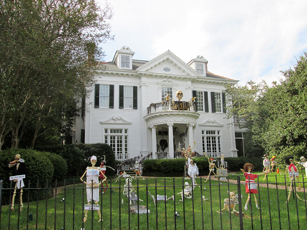 These Halloween Decorations Convert Homes Into Real Horror Meuseums-41