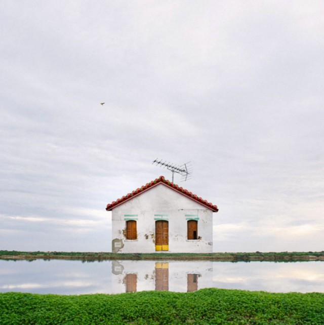 26 Lonely Houses Around The World That Are A Small Paradise--18