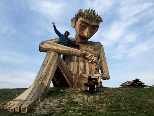 Gigantic Wooden Sculptures Made Using Simple Wood Debris--11