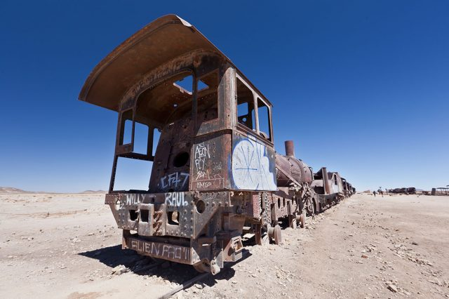 Desolate Beauty of These Abandoned Locomotives In Bolivian Desert--2