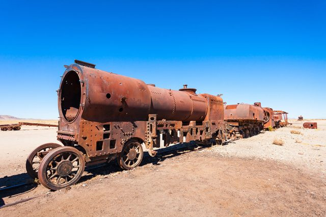 Desolate Beauty of These Abandoned Locomotives In Bolivian Desert--7