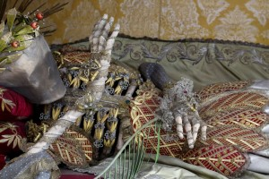 Macabre Art: 19 Skeletons Adorned With Lavish Jewelry In European Churches-2