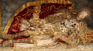 Macabre Art: 19 Skeletons Adorned With Lavish Jewelry In European Churches-7