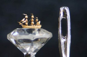 An Artist Creates Amazing Miniature Sculptures Of The Size Of A Sewing Needle Pinhead-11