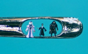 An Artist Creates Amazing Miniature Sculptures Of The Size Of A Sewing Needle Pinhead-19