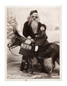 Discover The 23 Most Creepy Santa Photos From The Past-11