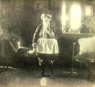 Discover The 23 Most Creepy Santa Photos From The Past-15