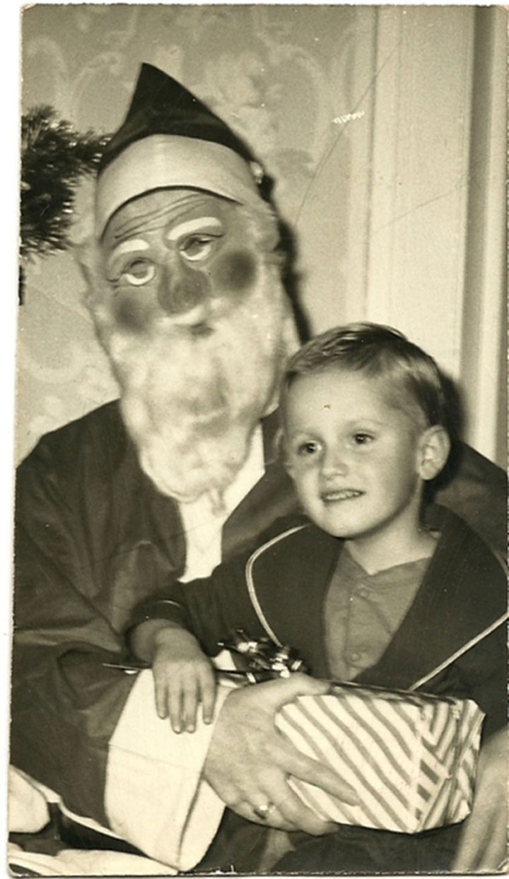 Discover The 23 Most Creepy Santa Photos From The Past-19
