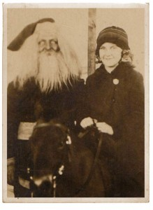 Discover The 23 Most Creepy Santa Photos From The Past-20