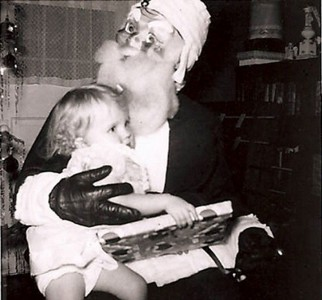 Discover The 23 Most Creepy Santa Photos From The Past-5