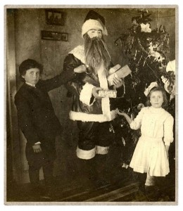 Discover The 23 Most Creepy Santa Photos From The Past-7