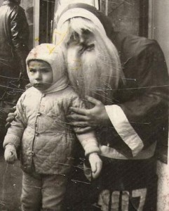 Discover The 23 Most Creepy Santa Photos From The Past-8