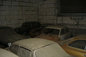 A retired couple finds a tresure in a farmhouse, a collection of vintage cars-10