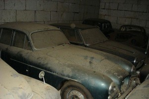 A retired couple finds a tresure in a farmhouse, a collection of vintage cars-14
