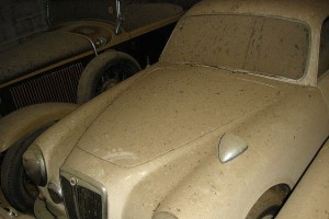 A retired couple finds a tresure in a farmhouse, a collection of vintage cars-18