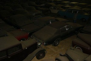 A retired couple finds a tresure in a farmhouse, a collection of vintage cars-3