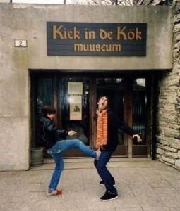 22 People Caught Having Fun In The Museum-8