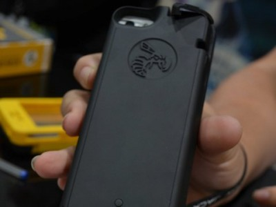 """""""Yellow Jacket"""" Smartphone Case Can Act As A 650000 Volts Stun Gun Against Agressors-1"""