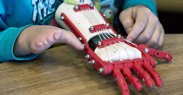 An American High School Student Makes A 3D printed Prosthetic Hand For A 9 years Old Boy-