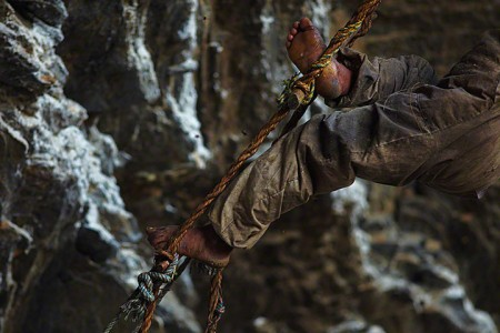 Nepalese Honey Hunter Risk Their Lives On High Cliffs To Feed Their Families -