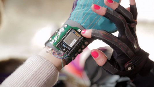 Revolutionary Connected Gloves To Compose Music By simple Hand Gestures-1