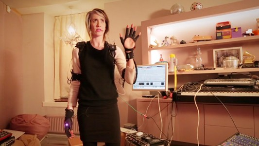 Revolutionary Connected Gloves To Compose Music By simple Hand Gestures-2