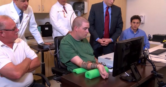 A Microchip Enables A Quadriplegic To Move His Hand For The First Time-3
