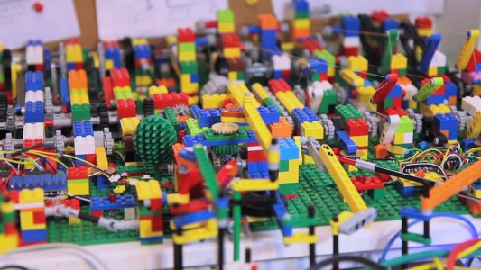 A Passionate Builds An Ultra Complex LEGO Machine That plays Electronic Music-3