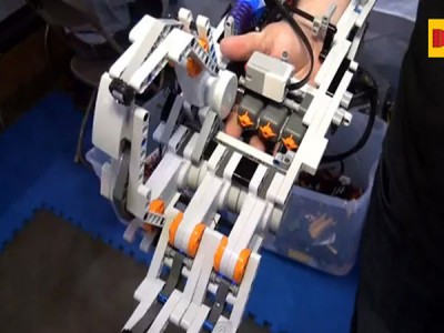 A Passionate Uses LEGO Bricks To Build A Functional Robotic Arm-