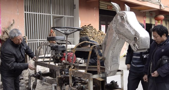 A Chinese Man Makes A Mechanical Horse To Walk In The Street-4