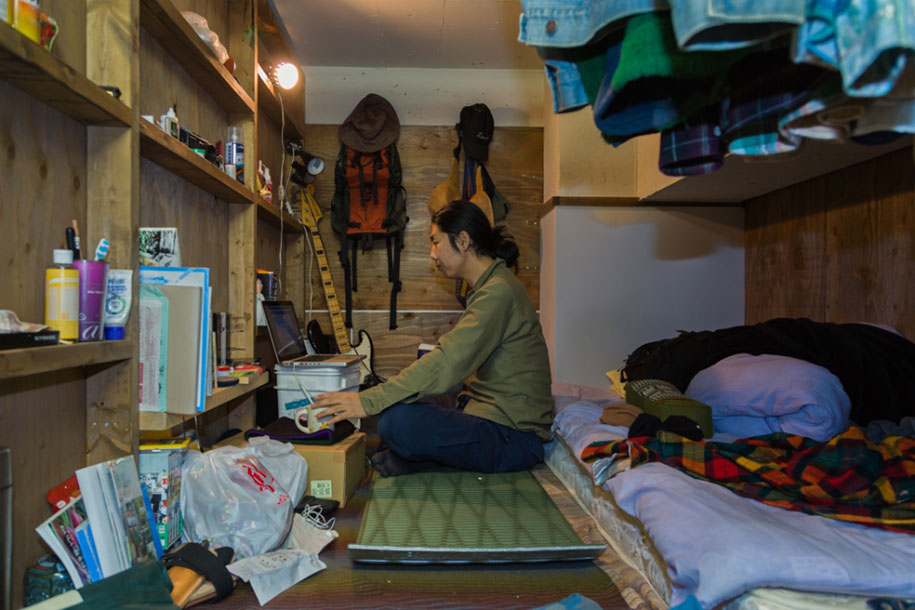 Stunning Images Of People Living In Very Small Rooms In Japan-2
