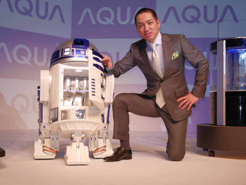 This Amazing R2-D2 Will Come To You And Provide Fresh Drinks-1