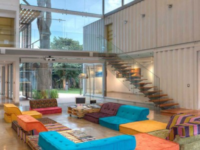 The architect Jose Maria Trejos used 8 containers to design this house in Costa Rica