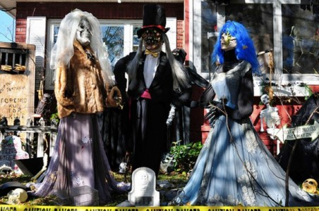 These Halloween Decorations Convert Homes Into Real Horror Meuseums-36
