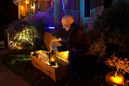 These Halloween Decorations Convert Homes Into Real Horror Meuseums-37