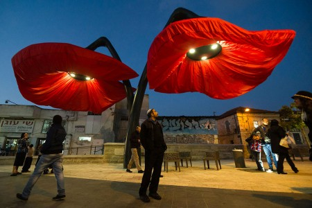 Warde: These Gigantic Streetlights Shaped As Flowers Bloom When Someone Passes Nearby-10