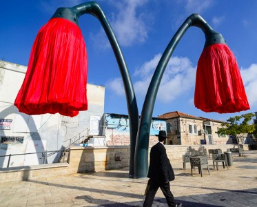 Warde: These Gigantic Streetlights Shaped As Flowers Bloom When Someone Passes Nearby-6