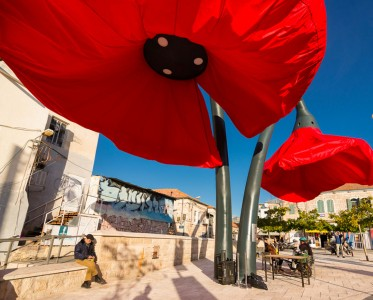 Warde: These Gigantic Streetlights Shaped As Flowers Bloom When Someone Passes Nearby-7