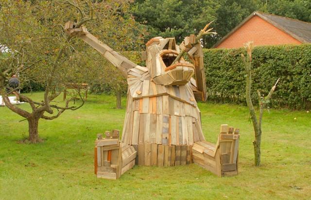 Gigantic Wooden Sculptures Made Using Simple Wood Debris--12