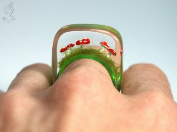 Isabell Manufactures Adorable Rings That Contain Small Scenes Of Everyday Life--12