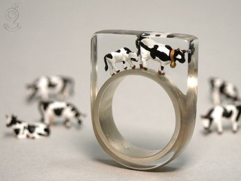 Isabell Manufactures Adorable Rings That Contain Small Scenes Of Everyday Life--13