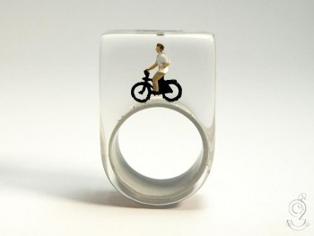 Isabell Manufactures Adorable Rings That Contain Small Scenes Of Everyday Life--14