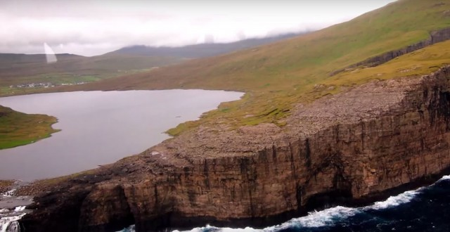 This Lake Seems To Overlook The Faroe Islands In Arctic Ocean ...But This Is Due To An Incredible Optical Illusion!--10